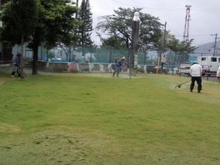 06.小学校前芝刈り.JPG